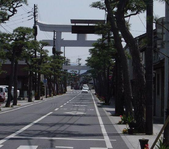 一畑電鉄出雲大社前駅を出たところから、出雲大社を背に大鳥居を眺める。