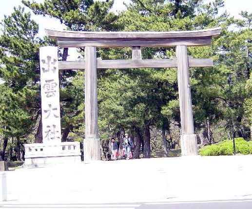 正門鳥居。この先から小石を敷き詰めた参道にはいる。