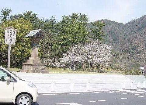 神社の周りを険しい山がぐるりと囲んでいる。