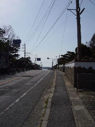 道の向こうに海が見えた。写真では防波堤が映っているのがよく見える。