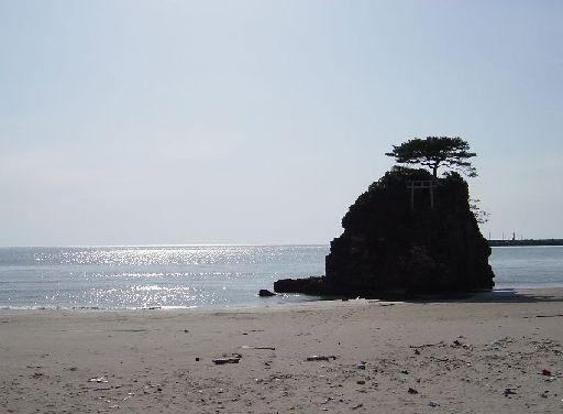 岩の上に鳥居が見える。なにが祀られているんだろう…