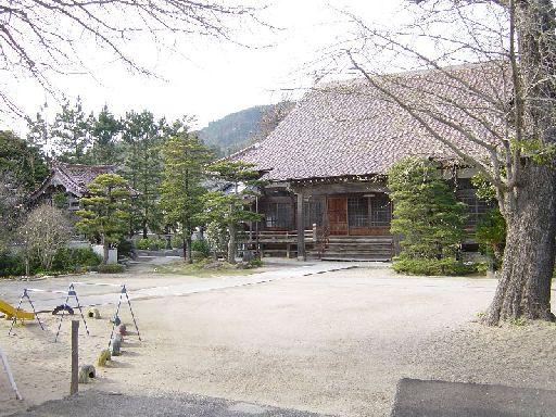 誰もいないお寺。賽銭箱もない。お寺の名前すらよく分からない。かろうじて寺だということだけは分かった。