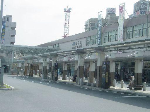 出雲市とは大違い。割と都会でバスがたくさん走っている松江駅前。