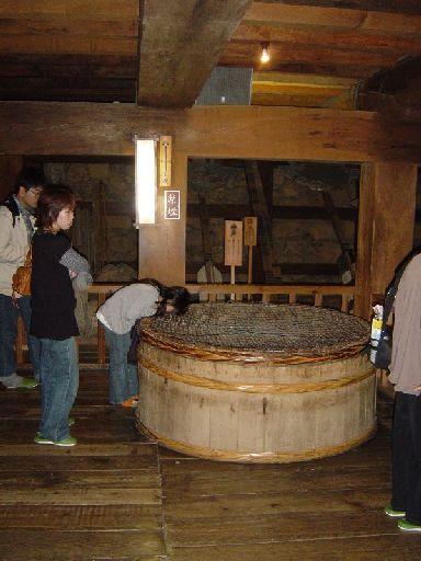 城内二階。とても天井が低い。女の子がのぞき込んでいるのは井戸。水は枯れていたけど。