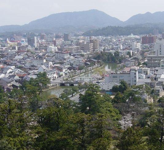 一番上から堀を眺める。本当に日本海と繋がっているんだろうか?